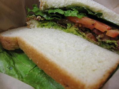 2009年8月 カラパワイマーケットで昼食(BLTA&ホットドッグ)