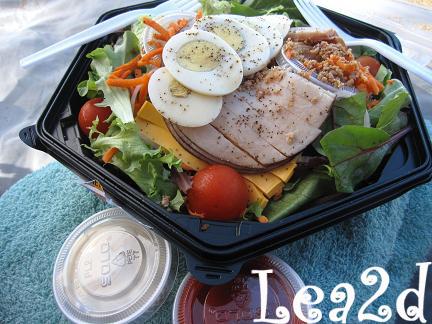 201001 サンセットビーチで食べる、Ted's Bakery(テッズベーカリー)のサラダ