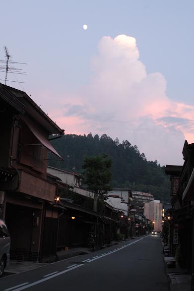 夕暮れの高山