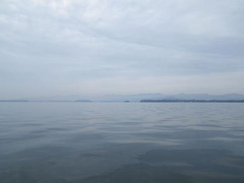 穏やかな湖内