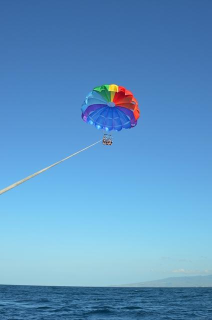 パラセーリングはのんびりと空中散歩できて気持ちよかった。