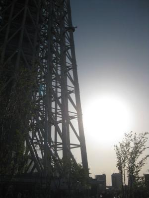デジカメで太陽を撮るとフリーザ戦での元気玉っぽく見えて風流だと思うスカイツリーの根元.jpg
