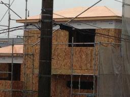 2×4の建て方ってこんな感じなのですか?でも注文住宅のは養生してたけどなぁ~