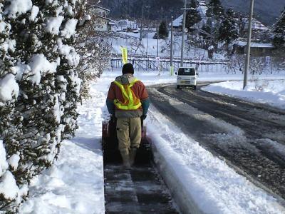 県道歩道の除雪(24.12.24)