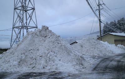 県道脇に積みあがった雪の山(24.12.29)