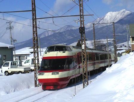 湯田中駅を出るゆけむり号(25.1.28)