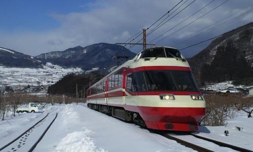 上条駅に向かってくる特急ゆけむり(25.2.13)