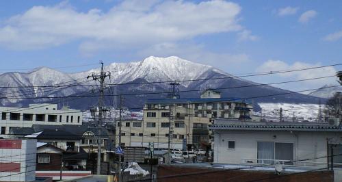 屋上駐車場から見た高社山(25.2.22)