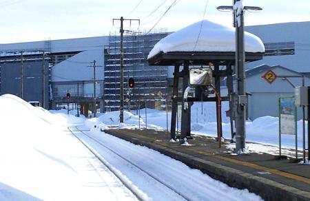 ホームの向こうに北陸新幹線飯山駅(25.2.26)