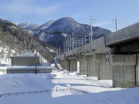 高社山トンネルに続く北陸新幹線(25.2.26)