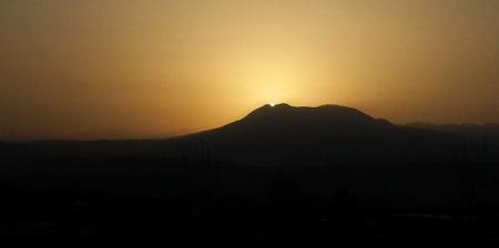 黄砂にかすむ飯綱山の日没(25.3.9)