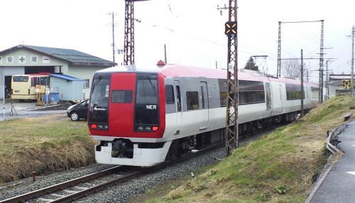 湯田中駅を出るスノーモンキー号(25.4.3)