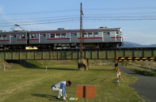 鉄橋を渡って行く普通列車(25.5.5)