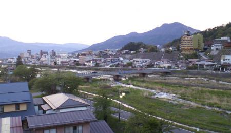 露天風呂から見た湯田中温泉街(25.5.12)