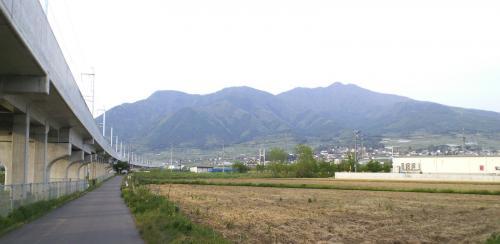 中野市壁田から見た高社山(25.5.18)