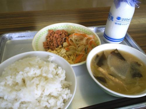 給食センターで昼食(25.6.20)
