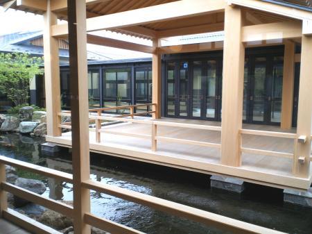 鯉の泳ぐ池と能舞台(25.6.20)