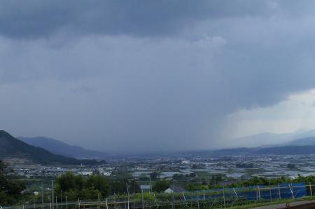 長野の方から雨雲が(25.6.25)
