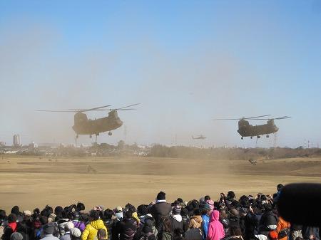 輸送するヘリ