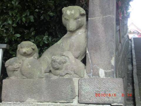 犬家族の彫り物