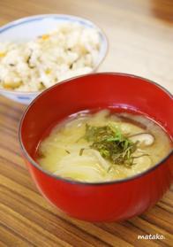 味噌汁と炊き込みご飯