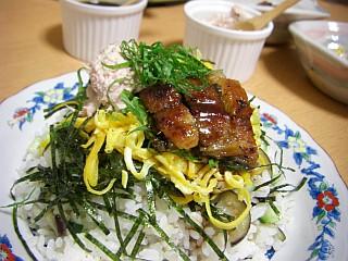サッパリ美味☆ナスとキュウリの麦ちらし寿司(盛り付け)