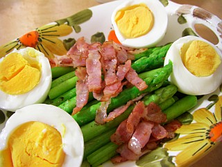 アスパラガスとベーコンのオリーブオイル焼き~ゆで卵添え~