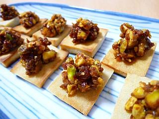 栗とピスタチオの肉味噌風☆DE☆カリカリ高野豆腐のカナッペ