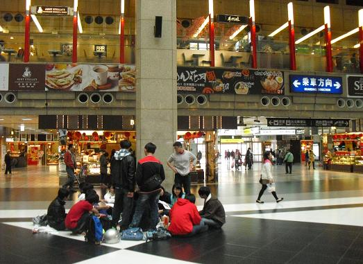 16 台北駅構内の様子