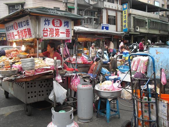 26 瑞芳駅前の商店街