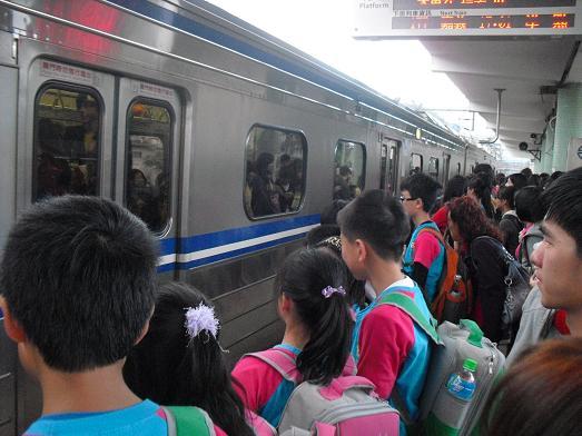 28 瑞芳駅から普通電車に乗車