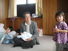 2 3人目の孫を抱いて