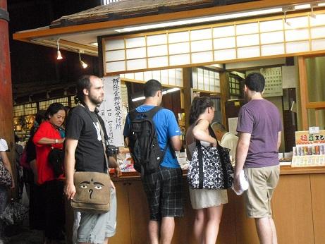 12 縁起物を求める外人観光客