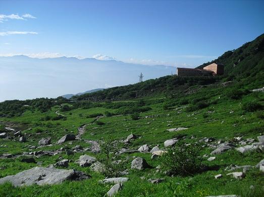 6 登山道よりロープウェイ頂上・千畳敷駅を望む