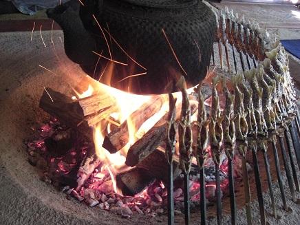 7 岩魚を炉辺で焼く