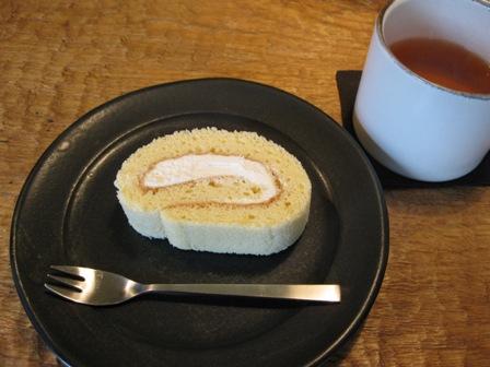 ロールケーキと京番茶