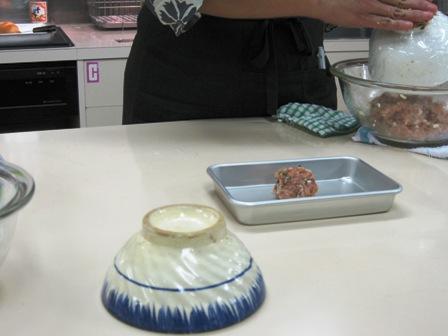 お茶碗の底でつくねを成型