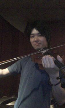 ヴァイオリンをかまえる