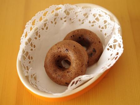 チョコレートの焼きドーナツ