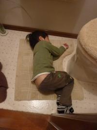 トイレで寝る!