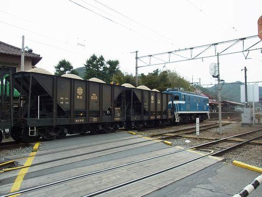 石灰岩を運ぶ電車