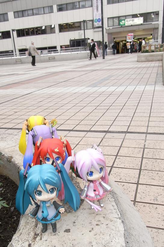 松戸駅前のミク達