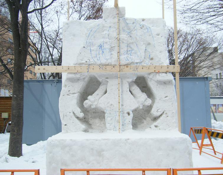 作りかけの雪ミク雪像