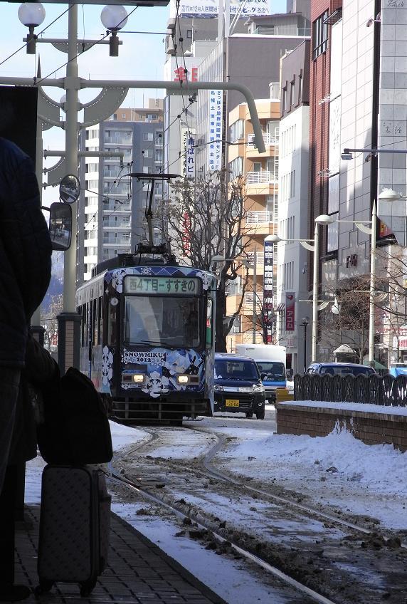 来た来た雪ミク電車!