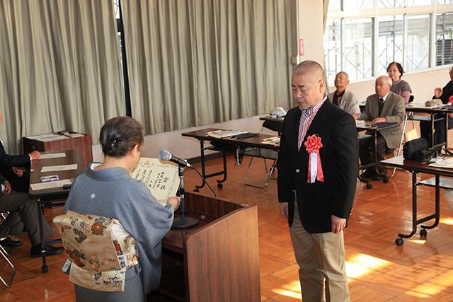 岡本会長より小坂様へ賞状を授与