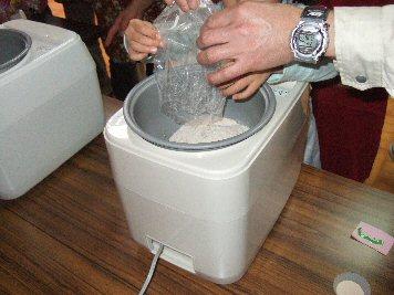 パン作り 餅つき器でこねます