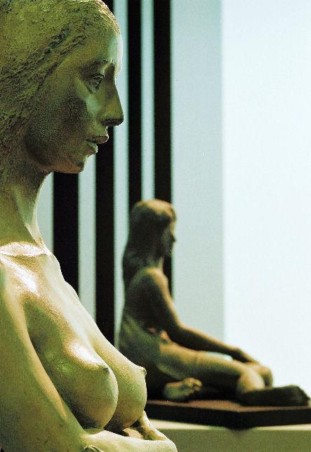 2008年 名古屋栄三越個展より左「静人」、奥「静寂Ⅰ」撮影 松田光司