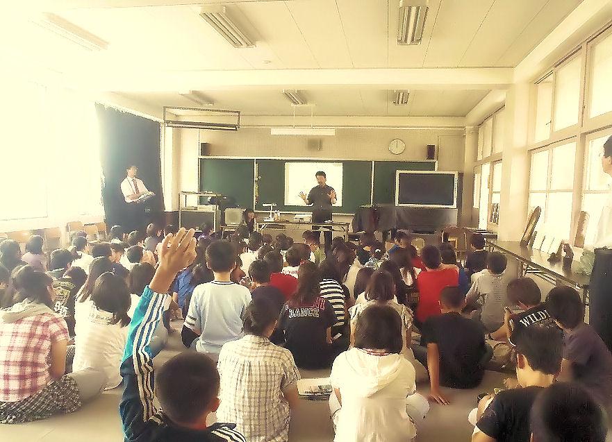 坂下小での講演会 (写真 坂下小学校提供)