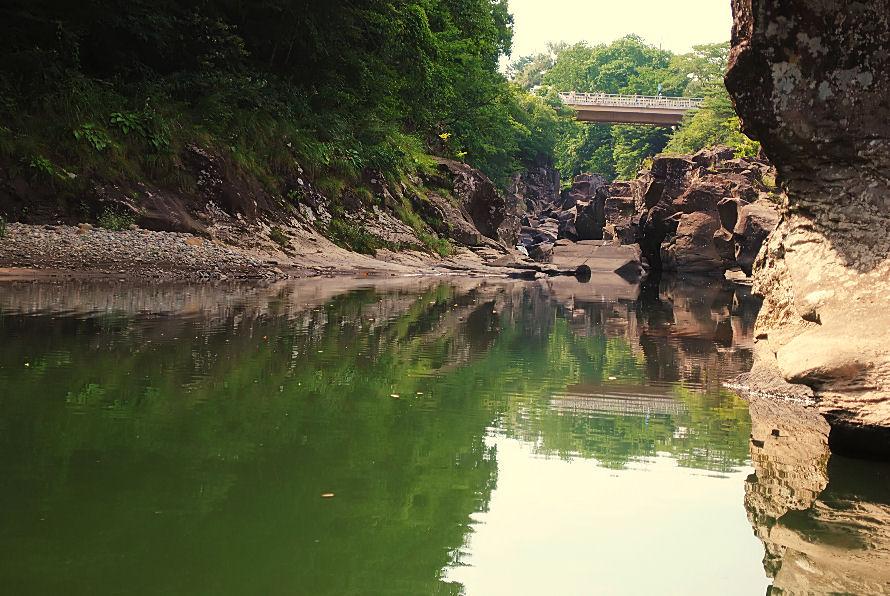 厳美渓の水面と岩 撮影 松田光司