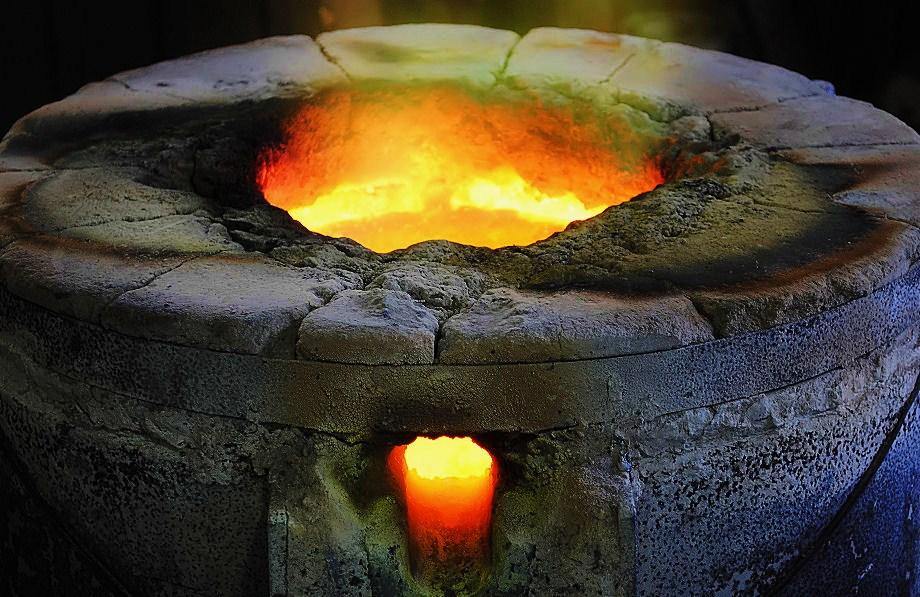 銅を溶かす窯 撮影 松田光司